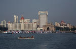 Foto, Bild: Ruderboot vor dem Triumphbogen Gateway of India und dem Hotel Taj Mahal Intercontinental